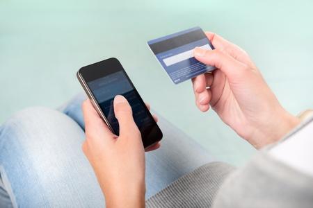 Vrouw controleert rekening van de betalingsbalans op smartphone met mobiel bankieren applicatie