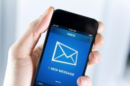 Email: Ein Mann h�lt Smartphone mit einer neuen Nachricht auf einem Bildschirm Closeup erschossen Lizenzfreie Bilder