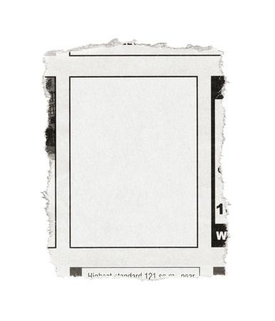 빈 광고 공간 종이의 조각 흰색에 고립 신문에서 찢어진