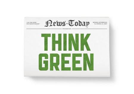 think green: A los peri�dicos con titulares Piense tiro verde visi�n superior aislado en blanco