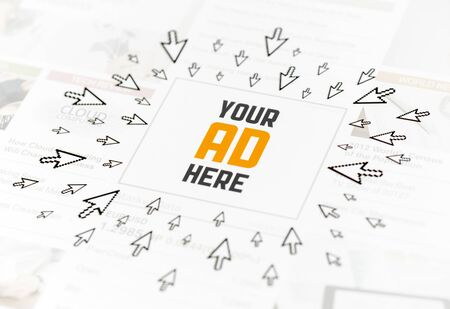 Éxito anuncio web con el texto SU ANUNCIO AQUÍ y mucho de los punteros al hacer clic en torno a la imagen conceptual Foto de archivo