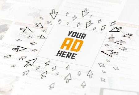 Éxito anuncio web con el texto SU ANUNCIO AQUÍ y mucho de los punteros al hacer clic en torno a la imagen conceptual