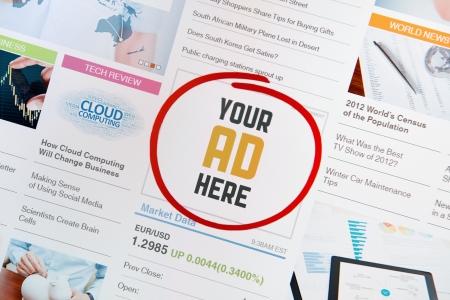 Bandera de Internet en línea con el texto de su anuncio aquì en una página web página web con todas las imágenes y las informaciones son creadas por el propio contribuyente Foto de archivo