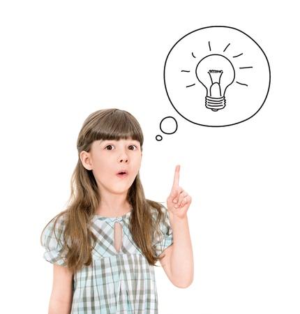 Chica lista con un pequeño símbolo idea brillante apuntando hacia arriba con el dedo para llamar la atención aislada en blanco Foto de archivo