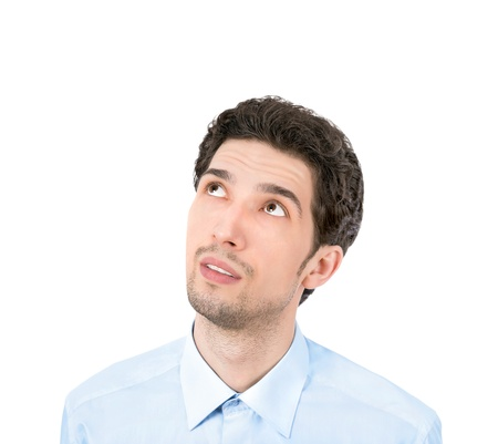 Knappe jonge zakenman zoekt op copyspace Geïsoleerd op witte achtergrond