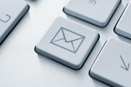 contact info: Internet concetto di comunicazione e-mail con un pulsante sulla tastiera del computer
