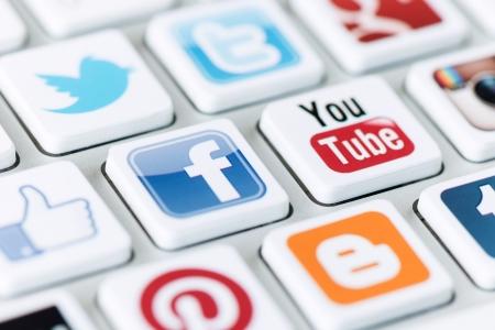 google plus: Kiev, Ucrania - 20 de mayo de 2013 - Una colecci�n de logotipos de medios sociales de la red social de la marca bien conocida puesto en teclado de la computadora moderna. Incluya Facebook, YouTube, Twitter, Google Plus, Instagram y m�s de otros logos.