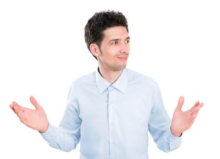 aislado: Retrato de joven empresario en camisa con las palmas hacia arriba con expresión confusa y sin ideas aisladas sobre fondo blanco