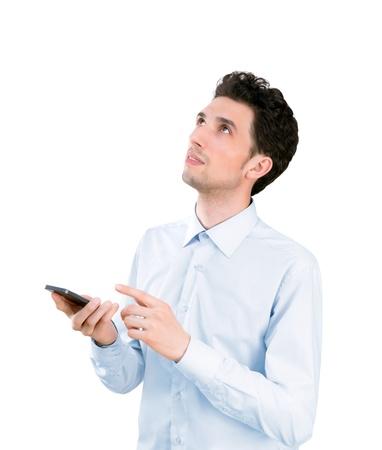 ascending: Retrato de un joven apuesto hombre de negocios la celebraci�n y se�alando en el tel�fono m�vil y mirando hacia arriba aislados en fondo blanco