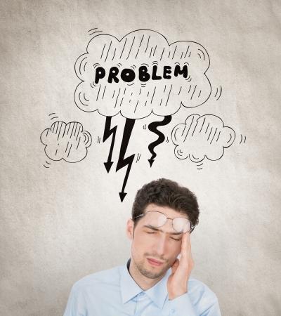 dolor de cabeza: Imagen del concepto de empresario joven guapo, que tiene un problema con la cantidad de tareas que trabajan para resolver y que est� sobrecargado Aislado en el fondo del grunge