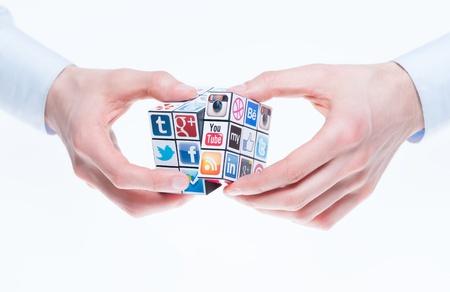 google plus: Kiev, Ucrania - 2 de febrero de 2013 - A la mano del cubo Rubik con los logotipos de las marcas sociales bien conocidos medios de comunicaci�n. Incluya Facebook, YouTube, Twitter, Google Plus, Instagram, Vimeo, Flickr, Myspace, Tumblr, Livejournal, Foursquare y otros logotipos.