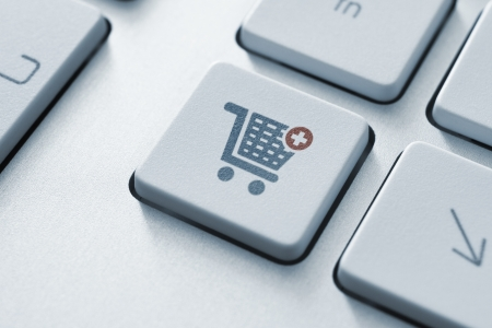 현대 컴퓨터 키보드에 쇼핑 카트 아이콘 단추