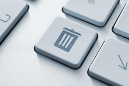cesto basura: Botón del ordenador en un teclado con la papelera de reciclaje icono del símbolo