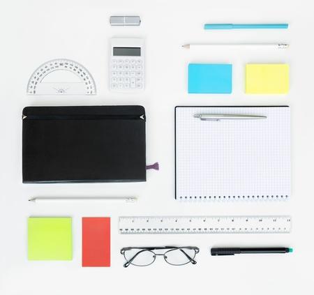 articulos oficina: Lugar de trabajo con artículos de oficina y elementos de negocio en un concepto de escritorio para Vista superior branding