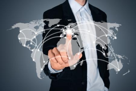 mundo manos: Retrato de hombre de negocios guapo pensativo tocar un mapa del mundo en la pantalla que muestra la conexión global entre los diferentes continentes