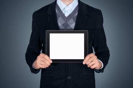 homme: Bel homme d'affaires en costume noir montrant tablette numérique moderne avec écran blanc tourné en studio isolé sur fond gris foncé