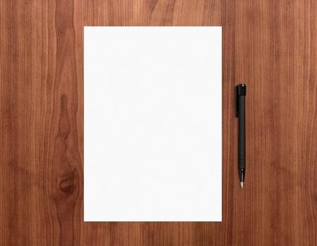 escritorio: Libro Blanco en blanco con la pluma en un escritorio de alta collage gráfico de madera de calidad