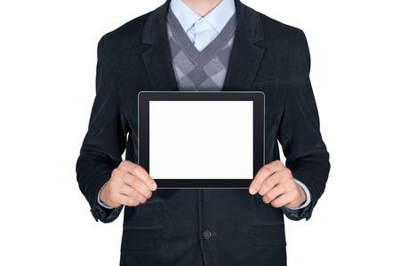 hombre de negocios: Hombre joven en traje negro que muestra la tablilla digital moderna con la pantalla en blanco aislado en fondo blanco