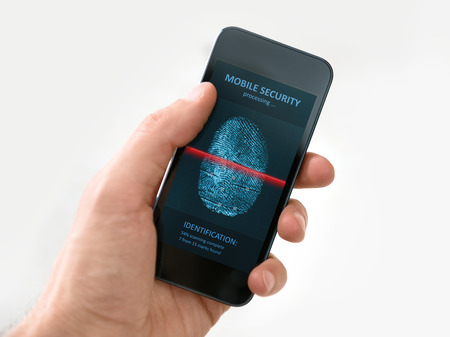손을 흰색 배경에 고립 된 화면에 스캔 지문의 과정을 보여주는 현대의 휴대 전화를 들고