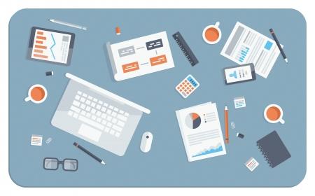 Bovenaanzicht van een bureau met laptop, mobiele en digitale apparaten, kantoor objecten en personeel, papieren en documenten