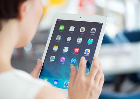 developed: KIEV, Ucrania - 21 de mayo 2014: La mujer sostiene nuevo blanco Apple iPad Aire, la tableta digital m�s avanzada en parte de la l�nea del iPad. Desarrollada por Apple inc. y fue lanzado el 1 de noviembre de 2013.