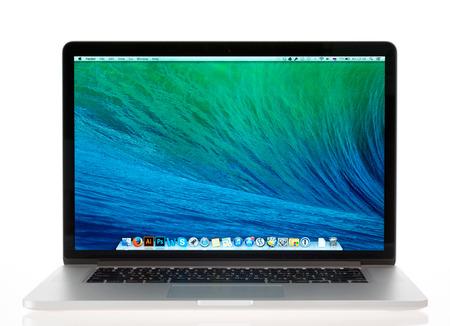 highend: KIEV, Ucraina - 16 Maggio 2014: Lo studio ha sparato di nuovo Apple MacBook Pro con Retina Display, una terza generazione in serie MacBook, progettato e sviluppato da Apple inc. il 22 ottobre 2013. Editoriali