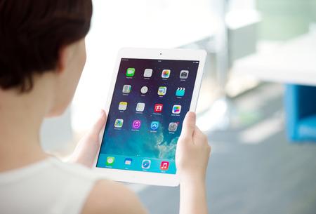 developed: KIEV, Ucrania - 21 de mayo 2014: Mujer que lleva a estrenar blanco Apple iPad Aire, la tableta digital m�s avanzada en parte de la l�nea del iPad. Desarrollada por Apple inc. y fue lanzado el 1 de noviembre de 2013.