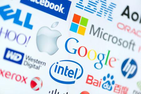 empresas: KIEV, Ucrania - 12 de junio 2014: Una colección logotipo de conocidas las principales empresas mundiales de tecnologías de computación en una pantalla de monitor. Incluya Google, Apple, Microsoft, Intel y otro logotipo.