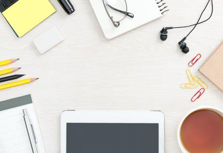 trabajando: Blank fondo escritorio de oficina con copia espacio para el texto. Vista superior. Suministros de oficina y negocios con la tableta digital moderna.
