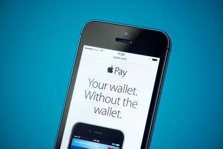 Kiev, Ucrania - 24 de septiembre 2014: El primer tiró de nuevo de Apple iPhone 5S mostrando apple.com página web con noticias anuncian de servicio de Apple de pago.