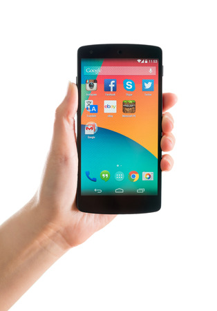 키예프, 우크라이나 - 2014년 9월 17일는 : 스튜디오 LG 전자에서 제조 한 안드로이드 4.4 버전을 탑재 구글 넥서스 5 새로운 브랜드를 들고 여자 손의 총.  에디토리얼