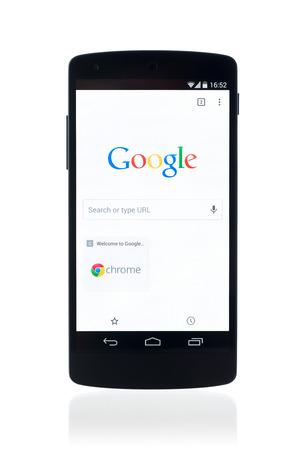 google: Kiev, Ucrania - 12 de septiembre 2014: El estudio tir� de nuevo Google Nexus 5, impulsado por Android 4.4 versi�n, con la p�gina de b�squeda de Google en el navegador Chrome en una pantalla. Aislado en el fondo blanco. Editorial