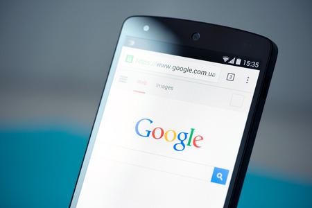 cromo: Kiev, Ucrania - 22 de septiembre 2014: Foto del primer del nuevo Google Nexus 5, impulsado por Android versión 4.4, con página web de búsqueda de Google en el navegador Chrome en una pantalla. Editorial