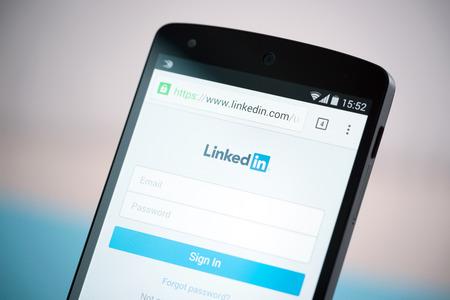 технология: Киев, Украина - 22 сентября 2014: Крупным планом выстрел из новенькой Google Nexus 5, питание от Android 4.4 версии, с LinkedIn знак в виде веб-сайта на экране. Редакционное