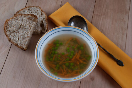 Bowl of Warm Soup with Green Peas, Carrot and Rice. 版權商用圖片 - 35010582