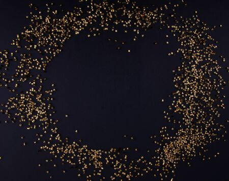 Golden Confettis on Dark Background. Shiny Golden Pieces Laying in Circle. 版權商用圖片