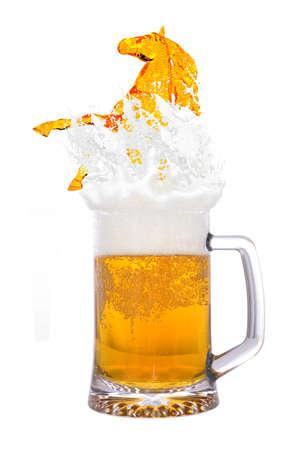 caballo bebe: Vaso de cerveza fría Foto de archivo