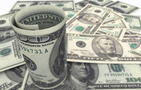 Hundred dollar bills on top of money pile. Shallow depth of field. High resolution, sharp 3D rendering. Imagens