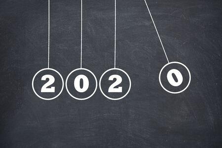 Nieuwjaar 2020 Newtons Cradle op schoolbord, nieuwjaarsconcept Stockfoto