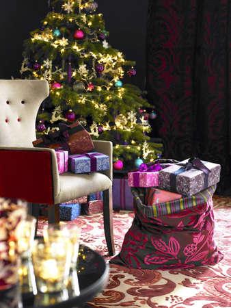 �rbol de Navidad con objetos y regalos