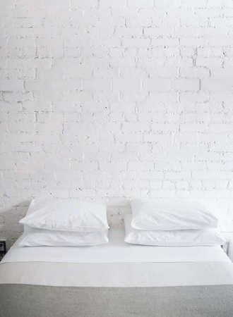 Almohadas en cama  Foto de archivo