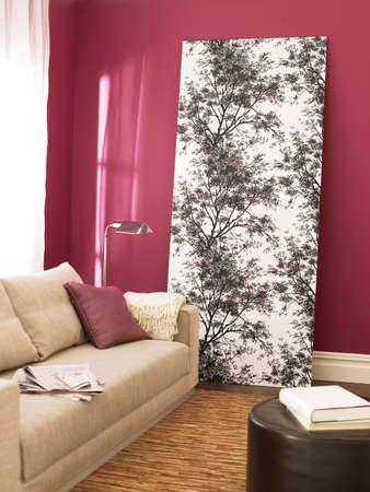 arredamento classico: salotto moderno, confortevole divano beige con cuscini su di esso