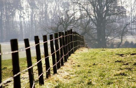 Een boerderij hek op een boerderij in de winterzon. Stockfoto - 742134