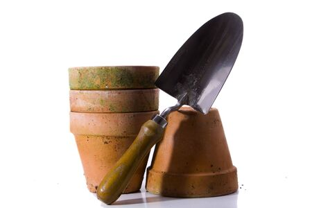 Four terracota pots and a hand spade. Standard-Bild