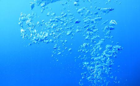 Luftblasen, die aus der Tiefe im tiefen blauen Wasser steigt.  Standard-Bild - 5684512