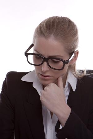 若い実業家が、白い背景に黒い眼鏡フレーム身に着けています。