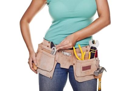 Une femme portant une ceinture à outils de bricolage plein d'une variété d'outils utiles sur un fond blanc Banque d'images - 15947184