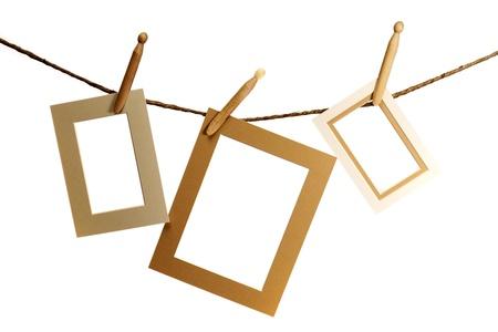 Drei Bilder hängen an einem Seil über einem weißen Hintergrund Standard-Bild - 19982192