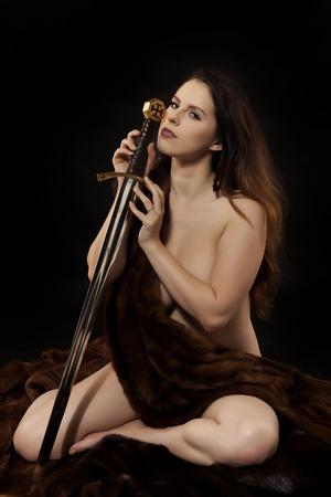 nudo integrale: Sexy donna guerriera nuda con una larga spada lama. Archivio Fotografico