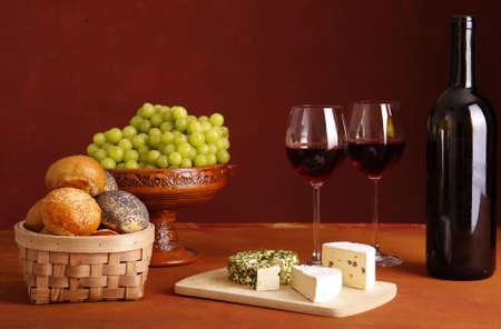 vinos y quesos: vino tinto, queso, pan y uvas